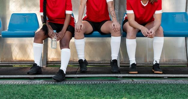 Gros plan des joueurs assis sur des chaises