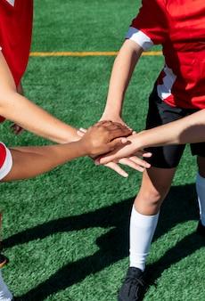Gros plan des joueurs de l'équipe se tenant la main