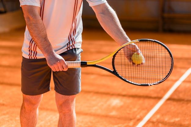 Gros plan d'une joueuse de tennis avec une raquette