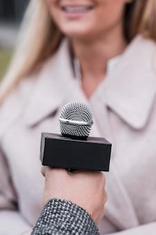 Gros plan, journaliste, microphone