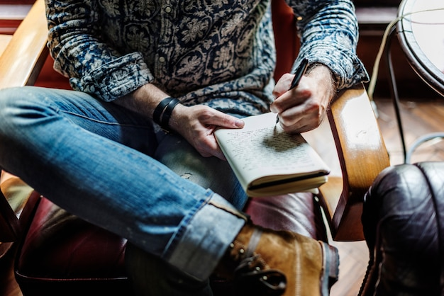 Gros plan, de, journaliste, séance, écriture, cahier
