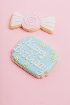 Gros plan, joyeux anniversaire, texte, sur, biscuit, sur, rose, fond