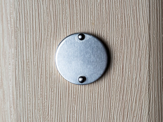 Gros plan judas sur une porte en bois. détail intérieur