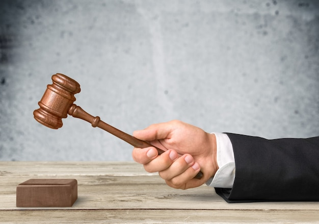 Gros plan sur un juge de marteau avec un avocat travaillant dans la salle d'audience.