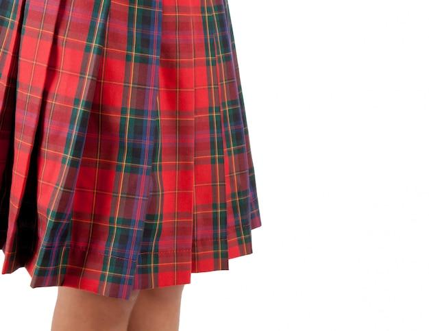Gros plan d'une jupe rouge écossaise.