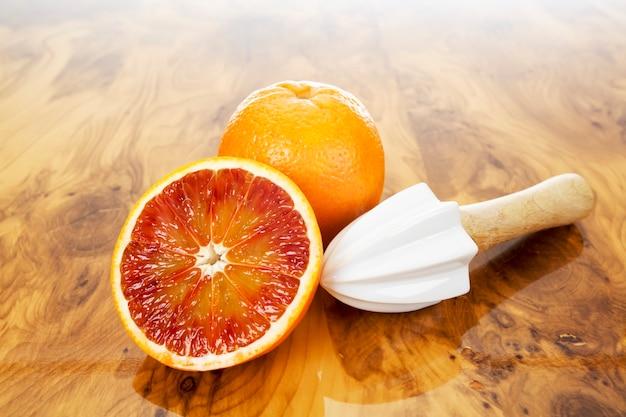 Gros plan sur le jus d'orange frais sur planche de bois