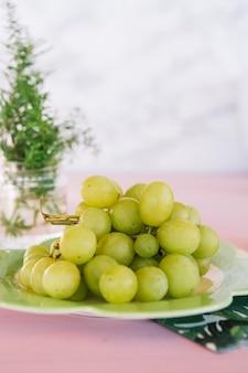 Gros plan, de, juteux, raisins verts, sur, plaque