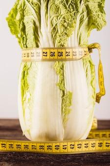 Gros plan de laitue fraîche attachée avec un ruban à mesurer