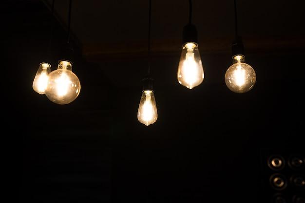 Gros plan de lampe à incandescence rétro dans une pièce sombre