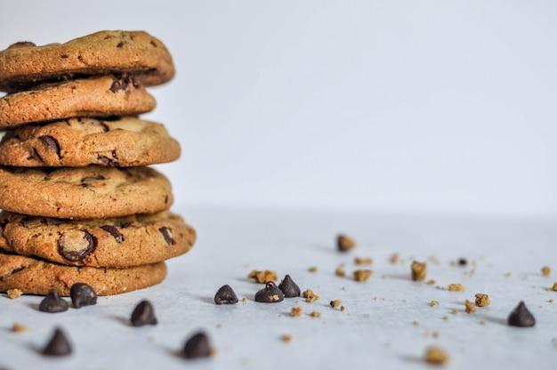 Gros plan large coup sélectif d'une pile de biscuits au chocolat au four