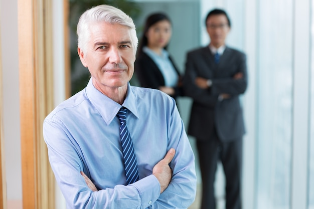 Gros plan de leader content senior business relaxant