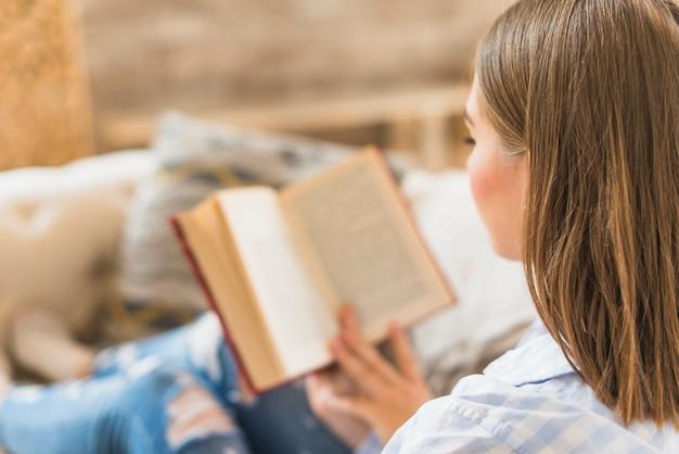 Gros plan d'un lecteur de livre à la maison