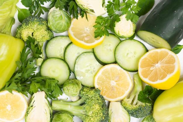 Gros plan de légumes biologiques sur fond blanc
