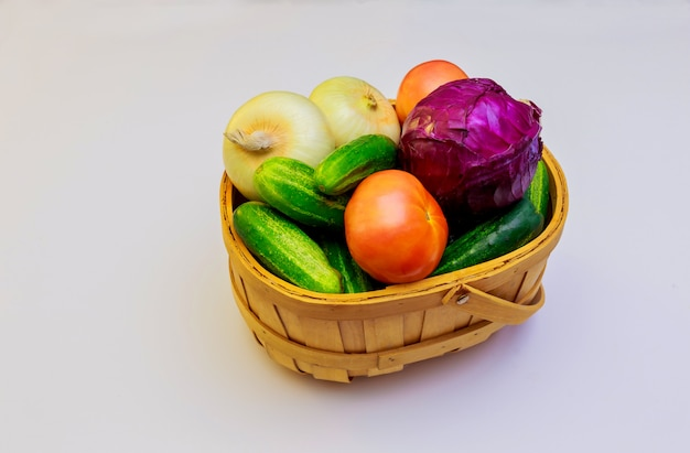 Gros plan de légumes frais mûrs fond blanc
