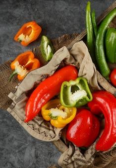 Un gros plan de légumes mélangés sur une table