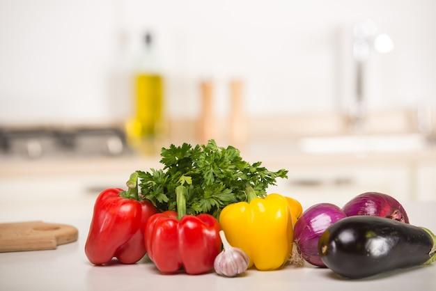 Gros plan de légumes sur la table dans la cuisine.