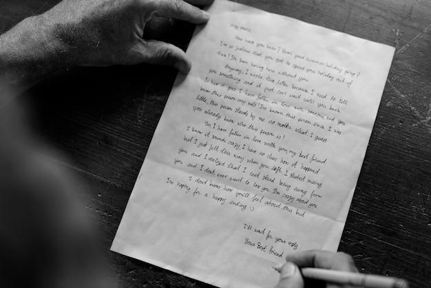 Gros plan, lettre, homme aîné, écriture