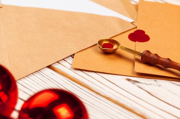 Gros plan d'une lettre de noël avec cachet de cire sur table en bois