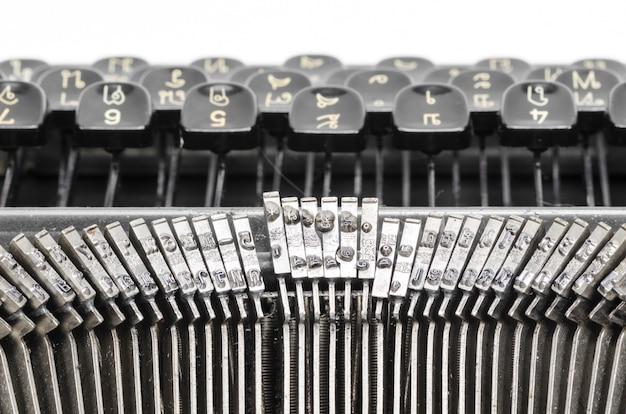 Gros plan des lettres sur une vieille machine à écrire.