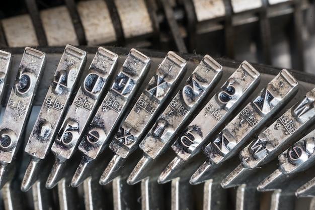 Gros plan des lettres sur une vieille machine à écrire