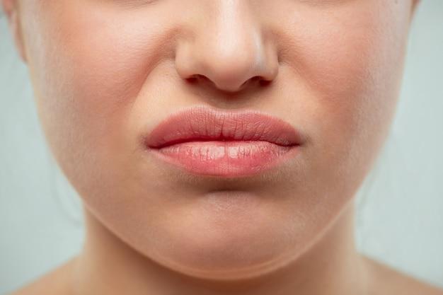 Le gros plan des lèvres de la femme. peau fraîche parfaite. modèle de beauté pure. concept de jeunesse et de soins de la peau