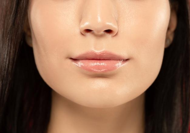 Gros plan de lèvres pleines de belle jeune femme.