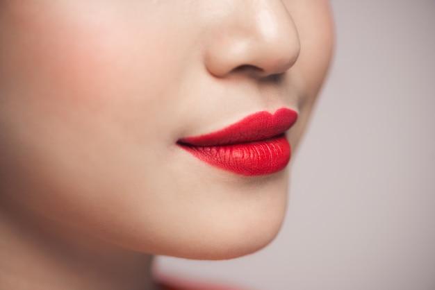 Gros plan des lèvres sexy rouges. composez le concept. belles lèvres parfaites.