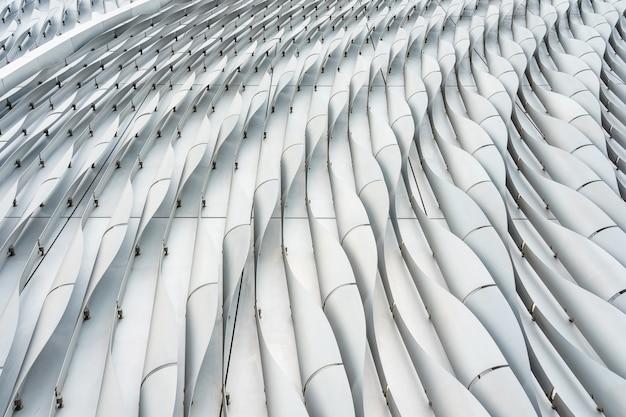 Gros plan des lignes d'un immeuble de bureaux moderne en noir et blanc