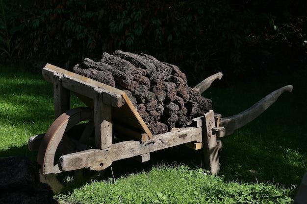 Gros plan d'un limber chargé de bois à diepenheim, pays-bas