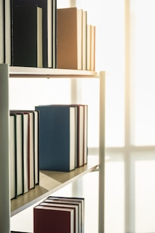 Gros plan de livres à couverture rigide sur étagère