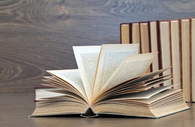 Gros plan sur des livres sur un fond en bois