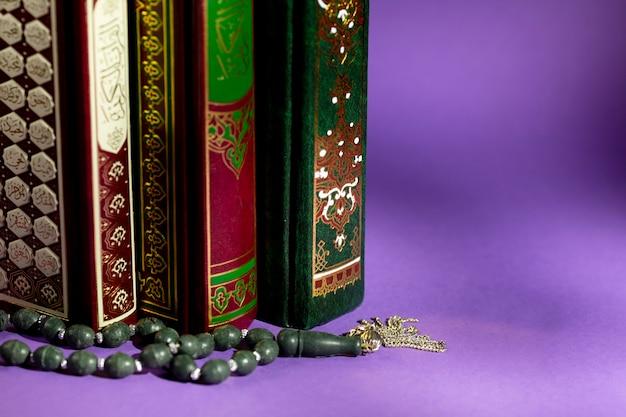 Gros plan de livres islamiques et de perles de prière