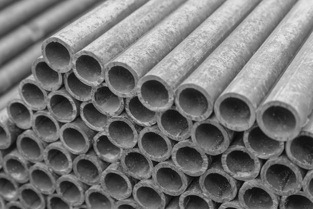 Gros plan de lots de tuyaux d'alimentation en eau en métal