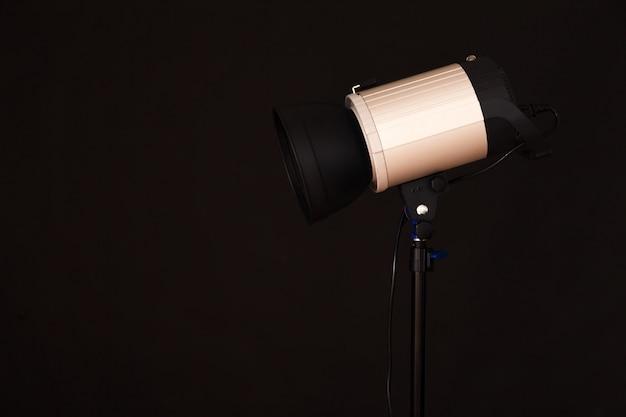 Gros plan de la lumière du studio professionnel sur le fond noir. séance photo concept