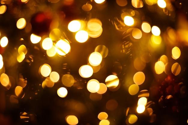 Gros plan des lumières de l'arbre de noël festif arrière-plan flou