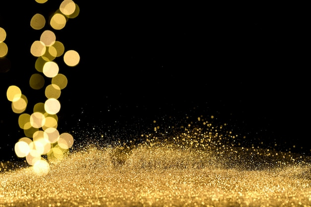 Gros plan des lumières bokeh avec des paillettes dorées