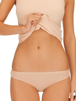 Gros plan lumineux photo du corps de la femme en sous-vêtements en coton beige