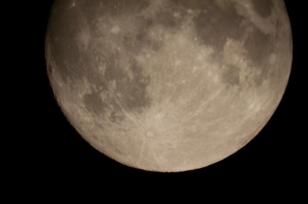 Gros plan de la lune dans le ciel nocturne au-dessus du lac des bois, ontario