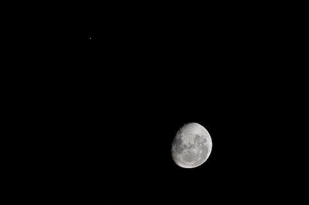 Gros plan de la lune de nuit sur le noir