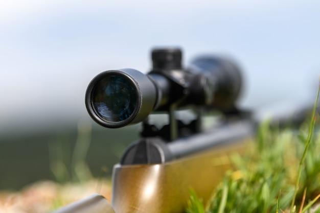 Gros plan de la lunette de visée dans la rue avec un arrière-plan flou. concept de chasse