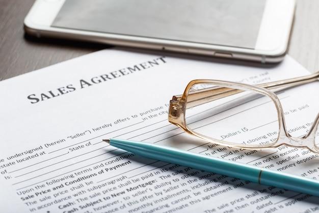 Gros plan de lunettes sur les affaires de documents de contrat