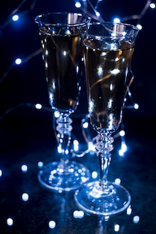 Gros plan, de, lunettes champagne, dans, éclairé, boîte nuit