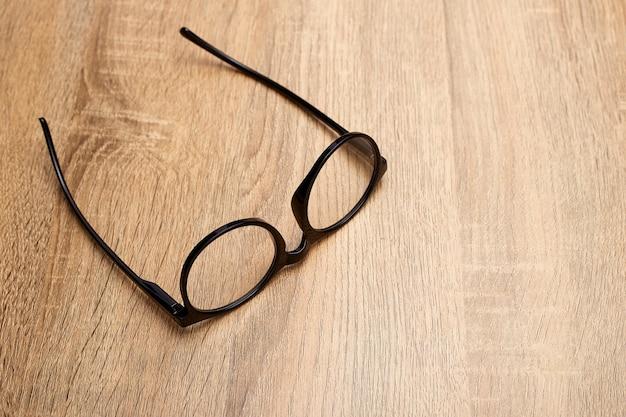 Gros plan de lunettes sur la table