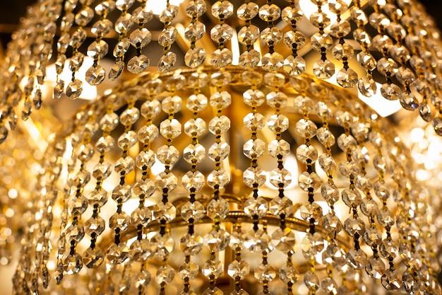 Gros plan de lustre de luxe. lustre étincelant d'or dans un hôtel de luxe cher. luxe intérieur