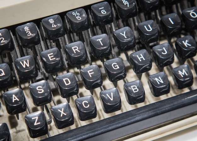 Gros plan d'une machine à écrire à l'ancienne.