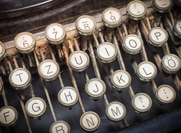 Gros plan d'une machine à écrire façonnée vintage.