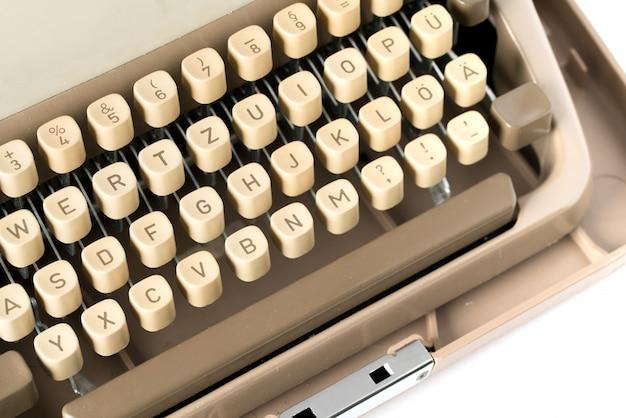 Gros plan d'une machine à écrire de style rétro en studio