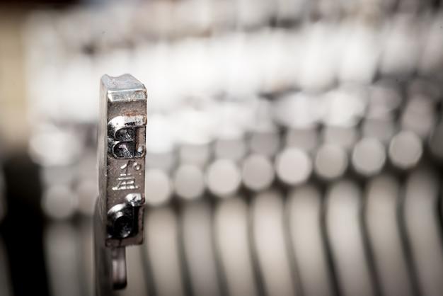 Gros plan d'une machine à écrire de style rétro