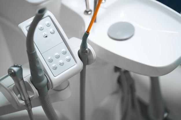 Gros plan sur une machine électronique spéciale dans le bureau du dentiste pour traiter les patients et soigner les dents