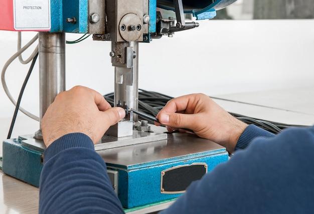 Gros plan sur une machine industrielle pour couper une télévision par câble à la main